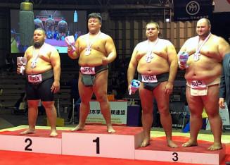 個人重量級で初優勝を果たした五十嵐敦(左から2人目、盛岡市役所)=堺市・大浜公園相撲場