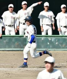 準々決勝の東奥義塾戦で適時打を放ち、一塁へ向かう盛岡大付の四日市翔(中央)。上位打線の得点力が鍵を握る