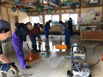 産直スペースの泥出し作業をする関係者