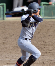 鶴岡東-仙台育英 8回裏仙台育英2死一、三塁、笹倉が左前に適時打を放ち、8-8の同点に追い付く=県営