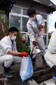 台風被害復旧へ若い力 久慈工高、奉仕で泥かき