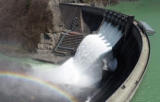 今年4月に行われた湯田ダムの放流(湯田ダム管理支所提供)