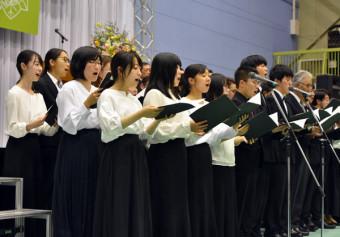70周年記念歌「虹の翼」を発表する岩手大の学生ら