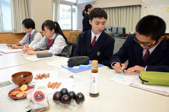 石垣市訪問を前に、商品を試食する生徒=10月9日、福島県小野町・小野高