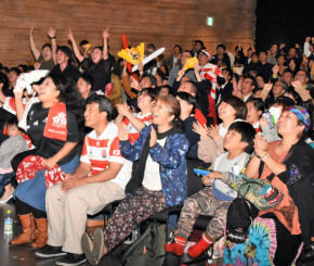 PV会場で日本代表の熱いプレーに声援を送るファン