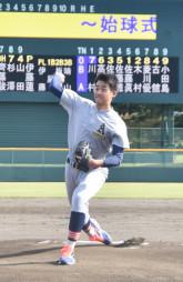 恩師や後輩が見守る中、始球式で投球する堀田賢慎投手