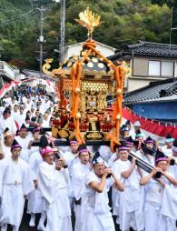 東日本大震災後初めて担がれた尾崎神社の六角型大みこし