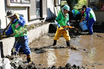 大量の泥をかき出すボランティア=20日、普代村普代