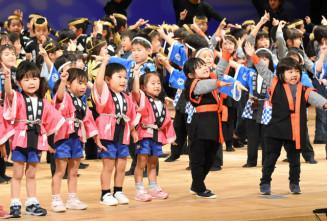 息を合わせて人気曲「パプリカ」のダンスを披露する子どもたち