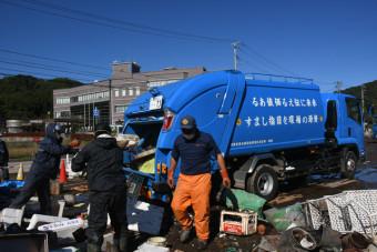 代村役場近くの仮置き場から可燃ごみを回収する矢巾町の収集車