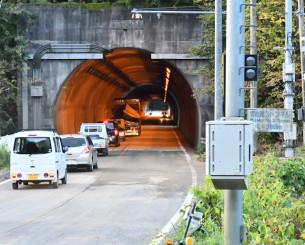 通行止めが解除された国道45号宮古第3トンネル=21日午前6時1分、宮古市崎山