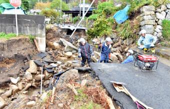 大量の雨水と土砂が流れ込み、陥没した千鶏地区の市道。複数箇所で崩落し、孤立状態が続く=22日、宮古市重茂