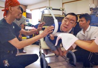 特別な車いす作りに取り組む森田寅さん(左)と沼田裕司さん(右)を捉えた一枚