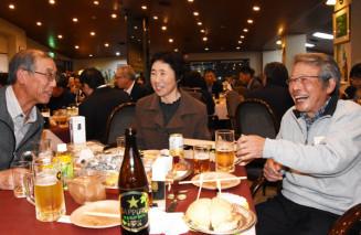 ご当地料理とともに地元産ホップを使ったビールを味わう参加者