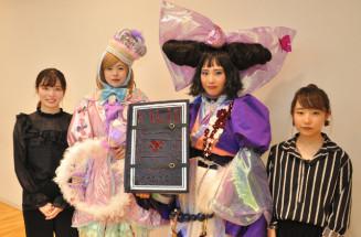 (右から)準優秀賞の菊池彩香さんとモデルの泉舘麗奈さん(美容科1年)。(左から)敢闘賞の菊池来夢さんとモデルの中谷地璃子さん(同2年)