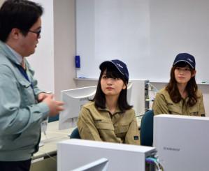 コンピューター設計の授業を見学する井上美優さん(中)と佐藤朱さん(右)