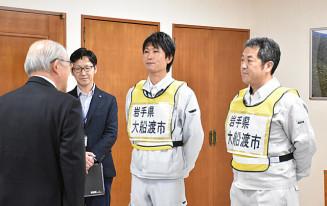戸田公明市長から激励を受ける中沢宏司係長(右)と志田勇人技師