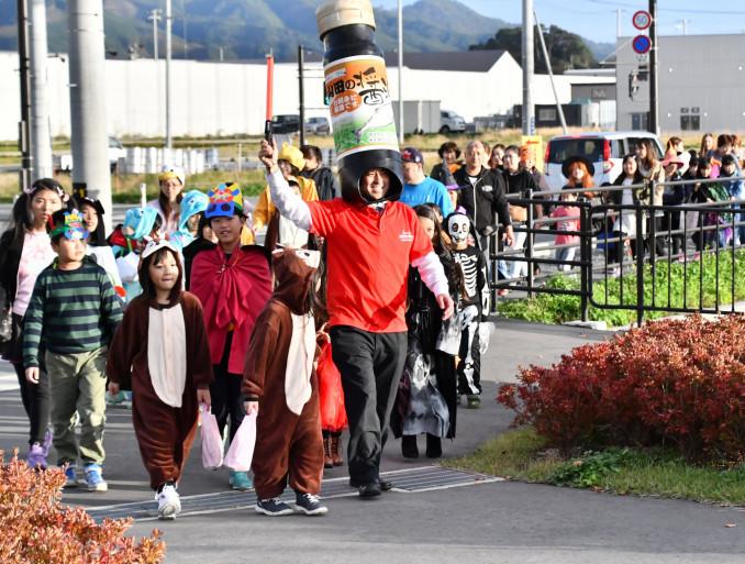 仮装パレードでまちを盛り上げる子どもたち