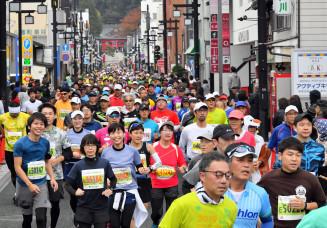 初開催のいわて盛岡シティマラソンで、盛岡八幡宮の参道を埋める約9千人のランナー=27日午前9時37分、盛岡市八幡町