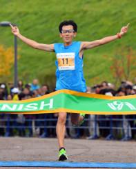フルマラソン男子 トップでゴールテープを切る河野孝志(埼玉県)=盛岡市中央公園