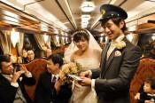 台風禍乗り越え「三鉄婚」 貸し切り列車で公開挙式