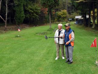 最後の大会の準備をするオーナーの中村喜一郎さん(右)と総務担当の千葉武夫さん