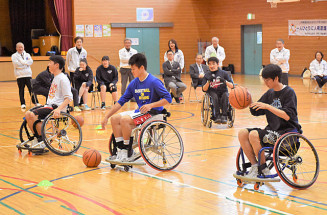 車いすバスケットボールを体験する生徒