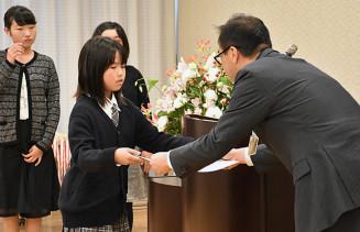 井原良幸社長(右)から表彰状を受け取る受賞者
