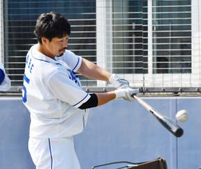 さらなる飛躍を目指し、秋季練習でバットを振り込む中日の阿部寿樹=ナゴヤ球場