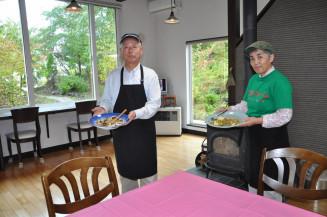 豊かな自然の中に開店した有機野菜レストラングリズファーム・キッチンの江崎澄雄代表(左)と秀姫さん