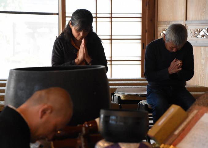 思いをつづった手紙を供養する赤川勇治さん(右)と高野慶子さん