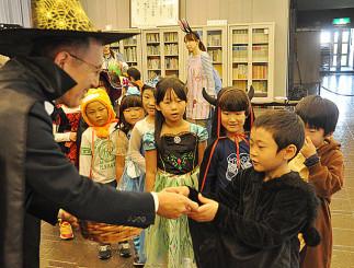 阿部大司社長(左)からお菓子をもらう園児