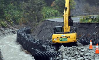 三陸道の資材運搬路として応急復旧が進む田野畑村松前沢の県道