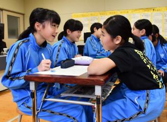質問の仕方やメモの取り方を学んだ後、2人一組で取材の練習をする柏台小の児童