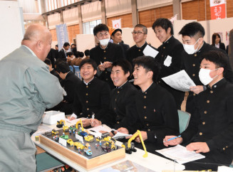 建設業の業務の説明を受ける高校生