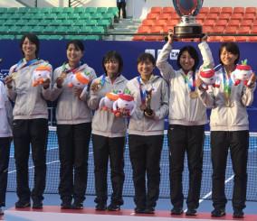 女子団体を制して喜ぶ日本の選手たち。高橋乃綾(右から2人目)はダブルスとの2冠を達成した=中国・台州