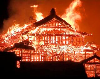 激しく炎上し崩れ落ちる首里城の正殿=31日午前4時30分ごろ、那覇市(近隣住民撮影)