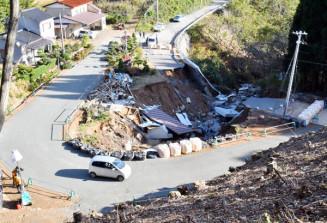 崩落した市道(右)の迂回路(左)が整備され、仲組、押切地区の孤立状態が解消された=31日、宮古市重茂・仲組地区