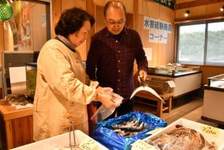 営業再開した浜の駅おもと愛土館で鮮魚を買い求める人たち