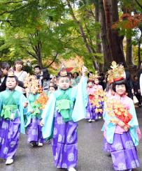 きらびやかな衣装に身を包み、参道を練り歩く子どもたち=1日、平泉町・中尊寺