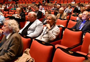 国際リニアコライダー建設に向け「仙台宣言」を確認した国際会議の参加者=1日、仙台市