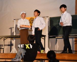 宮沢賢治の思いを継ぎ、パンを販売した福田留吉を演じる児童