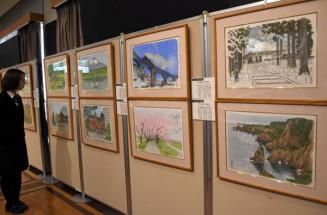 県内の名勝を描いた作品が並ぶ原画展