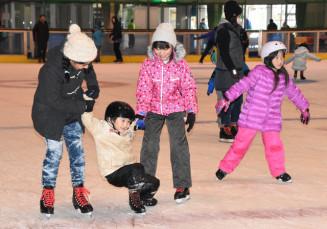 久々の氷の感触を楽しむ子どもたち