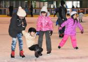 滑って転んで歓声 二戸・県北青少年の家、スケート場開業