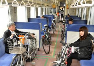 それぞれの自転車とともにサイクルトレインの実証実験を行った参加者