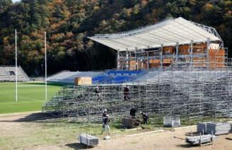 撤去作業が進む、釜石鵜住居復興スタジアムの仮設スタンド=6日午前、釜石市