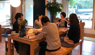 過去のトークカフェの様子。早川千春さんのアドバイスを得る機会にもなりそうだ=早川さん提供