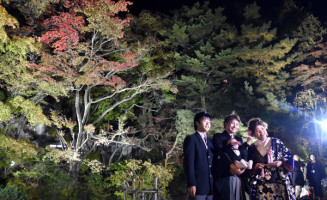 紅葉のライトアップが始まった南昌荘の庭園