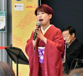 地元釜石市のイベントで民謡を披露する佐野よりこさん